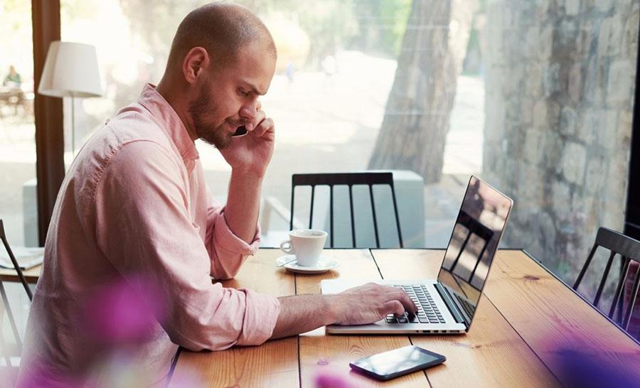 ноутбук и за столом фрилансер